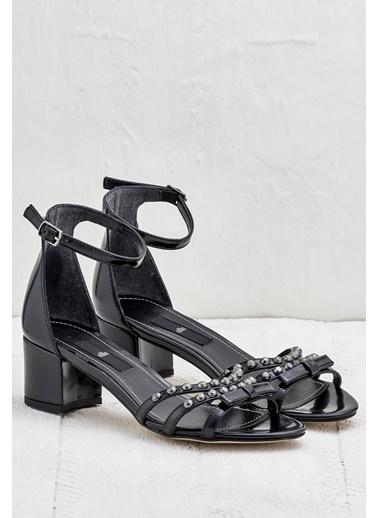 Elle Bilekten Bağlamalı Kalın Topuklu Ayakkabı Siyah